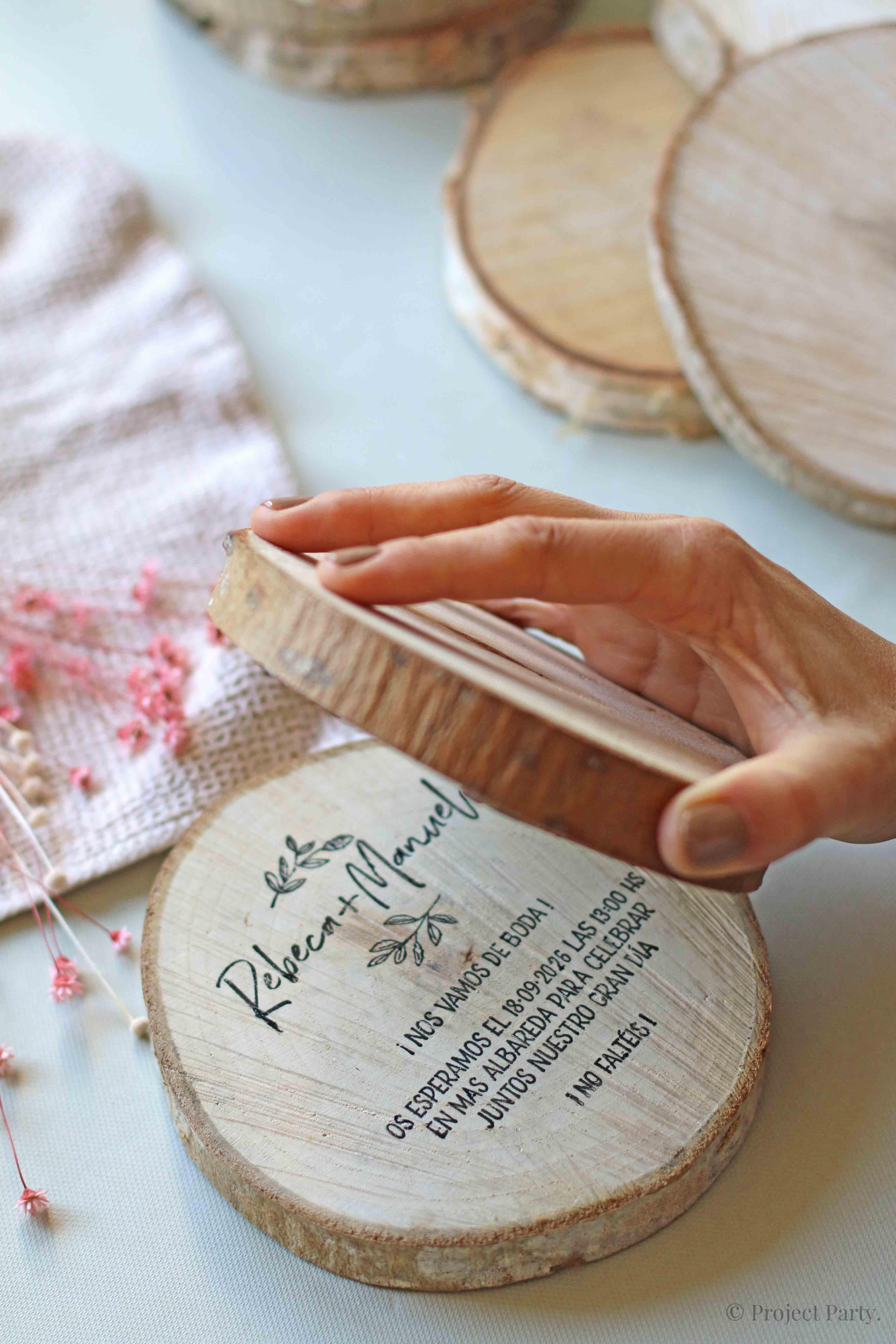 Invitaciones de boda hechas a mano - rodaja de madera rustica