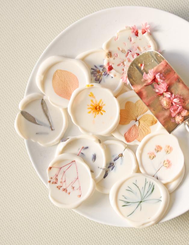 lacre con flor - invitaciones de boda hechas a mano